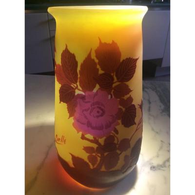 Émile-gallé Vase En Verre Multicouche Dégagé à L'acide à Décor De Roses Sur Fond Jaune.
