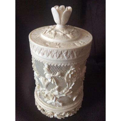 Boîte En Ivoire Sculptée Ajourée à Décor De Roses Et De Fleurs Et Feuillages Fin 19éme.