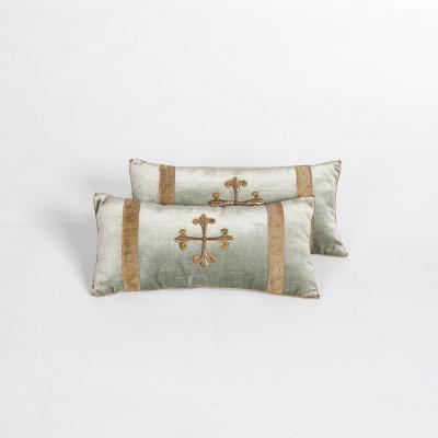 Paire d'oreillers en velours de couleur vert pastel avec broderie métallique antique