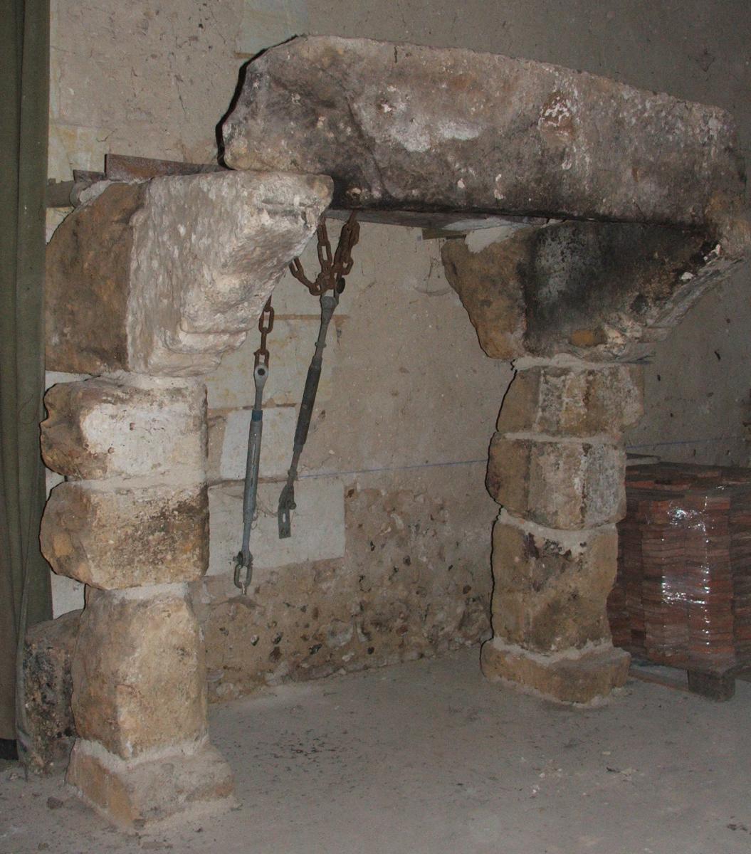 Cheminée en pierre de Roussard 12 ème Siècle