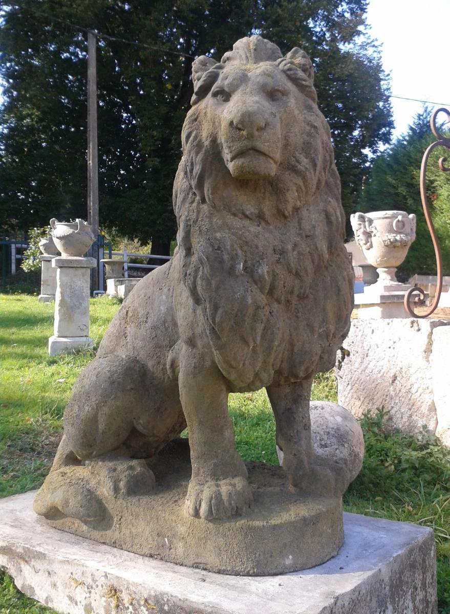 Paires De Lions Assis