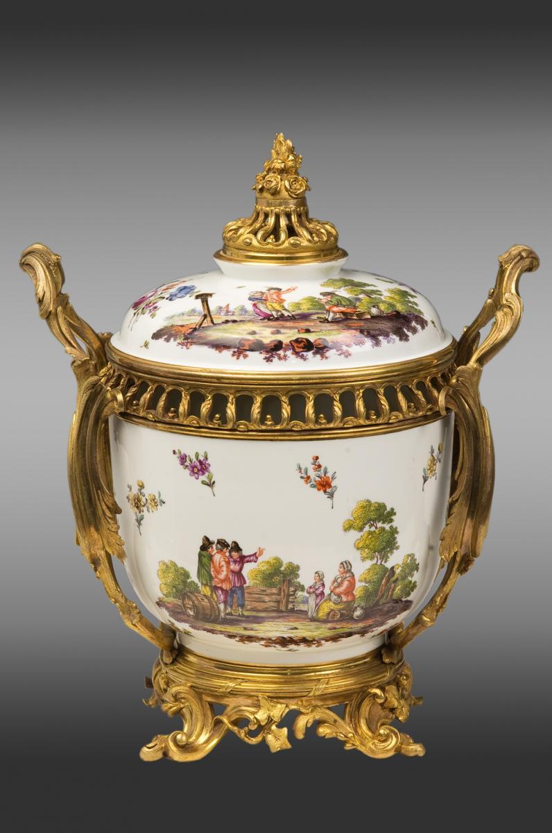 Porcelaine  monté en bronze de style Louis XV Marque de la fabrique Samson
