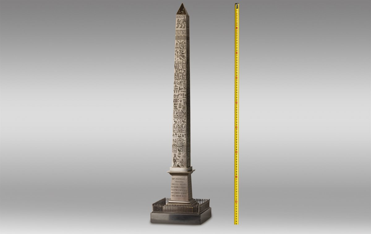 Grand Obelisque en Bronze Patiné et Marbre Noir de L'époque du Grand Tour.