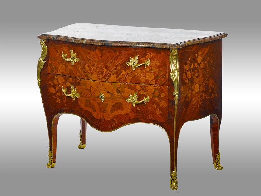 Une Commode d'Epoque Louis XV En Marqueterie De Differents Bois