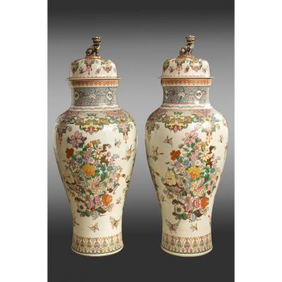 Deux Grands vases couvertes (142 cm.) en porcelaine de la Maison Samson.