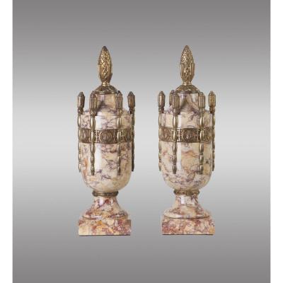 Urnes en Marbre rose veiné de Brignoles et bronze. Époque Art-déco