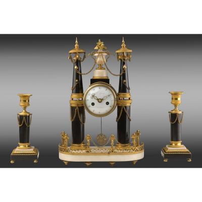 Pendule  et ses chandeliers en bronze et  marbre. Louis XVI