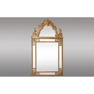 Miroir  Regence à pareclose en bois doré. France, 18ème siècle.