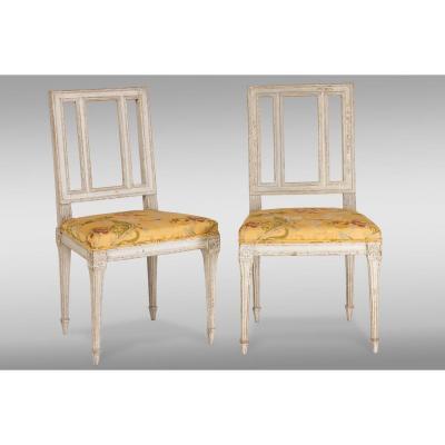 Paire de chaises de époque Louis XVI dans sa peinture original. France, dixhuitiéme siecle