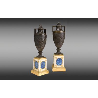 Urnes en bronze patiné monteéssur bases en marbre blanc,lapis lazuliet bronze doré