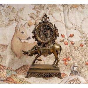 """Pendule  """"Buffle portant le cadran"""" en bronze Napoléon III"""