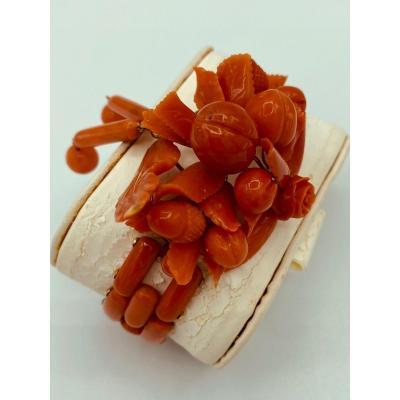 Bracelet en corail rouge, finement travaillé de fleur, fruits et gland de chêne.