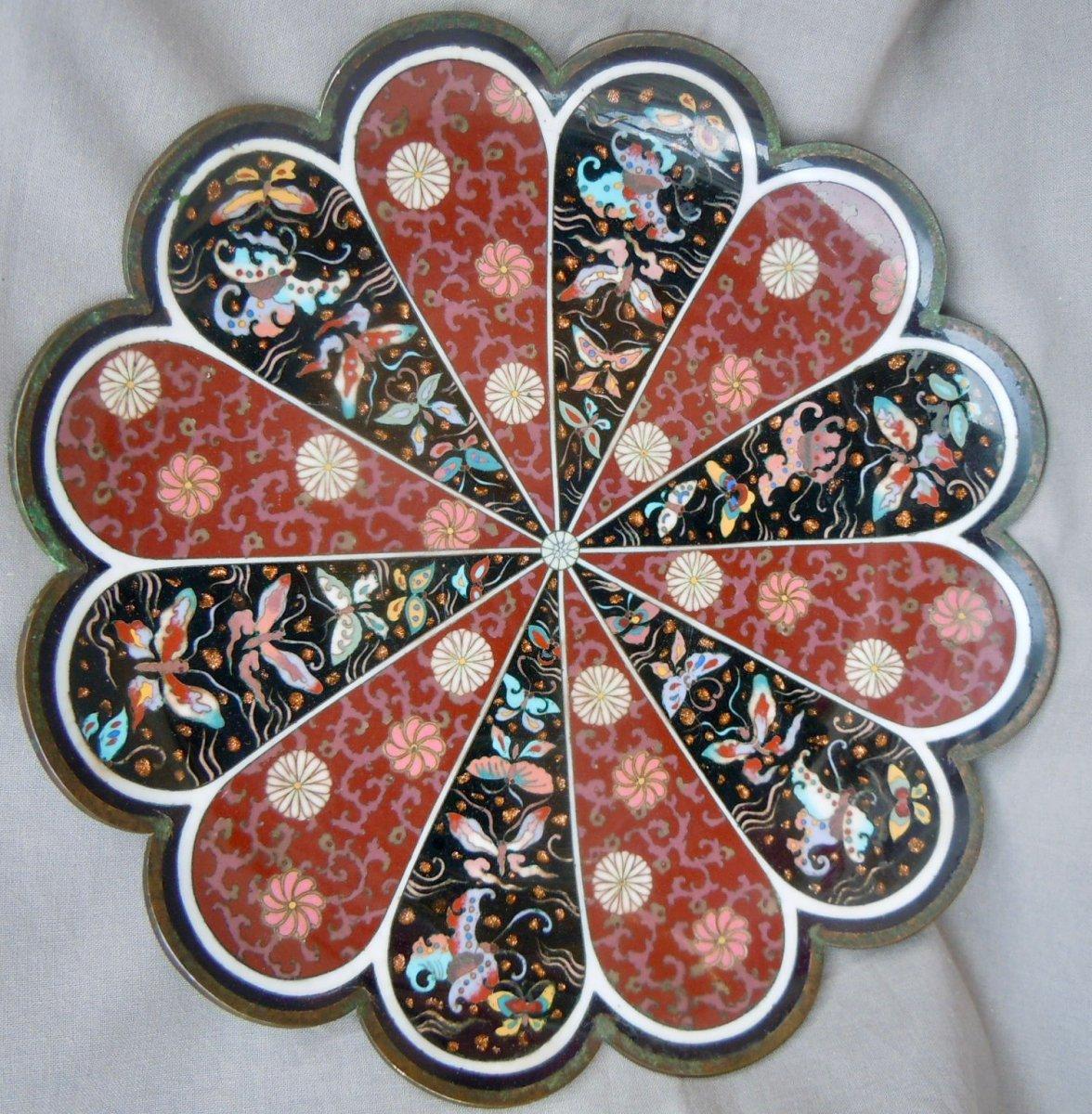Japon - Epoque Meiji (1868 - 1912) Plat coupe Bronze Cloisonné émaux Polychromes Chrysanthèmes Et Papillons 19ème XIXème
