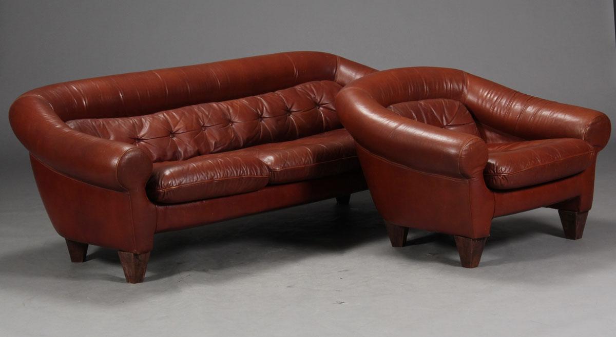 salon en cuir fauve comprenant un canap et trois fauteuils salons. Black Bedroom Furniture Sets. Home Design Ideas