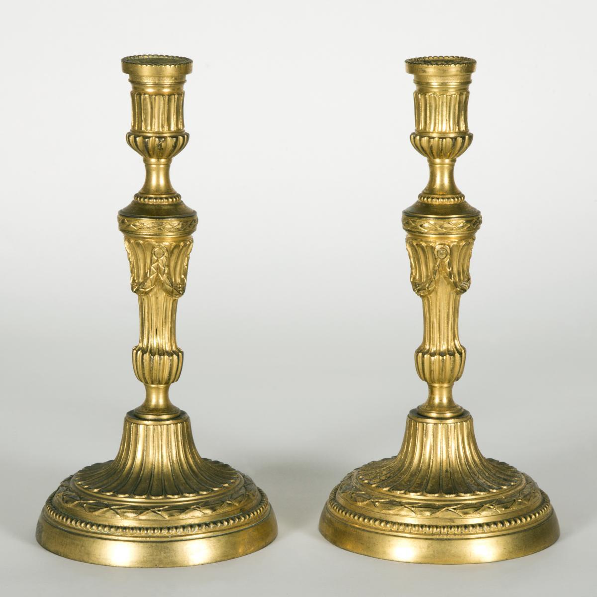 Paire de bougeoirs en bronze doré, XVIIIe