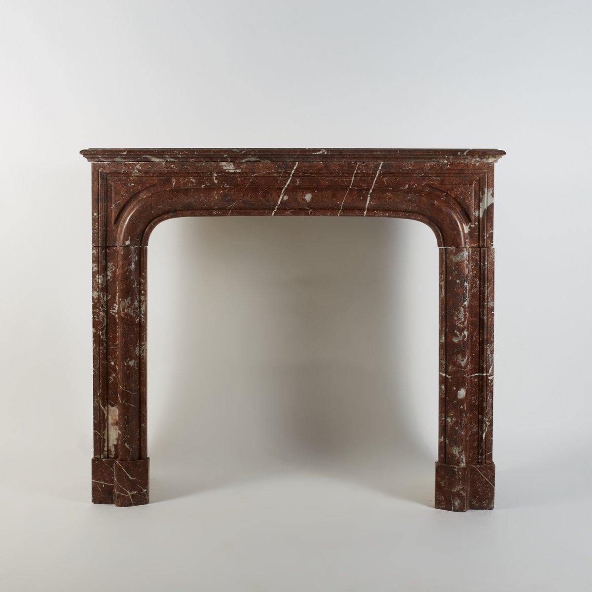Cheminée de style Louis XIV à boudin en marbre rouge veiné blanc et gris, XIXe