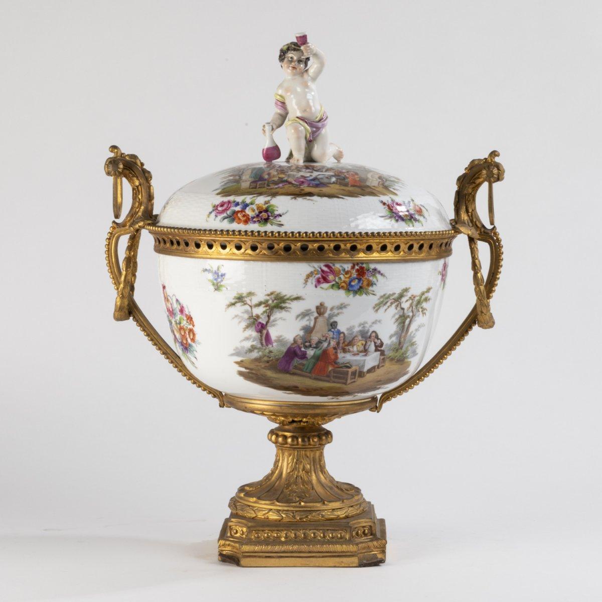 Centre de table couvert au jeune Bacchus en porcelaine et bronze doré, XIXe