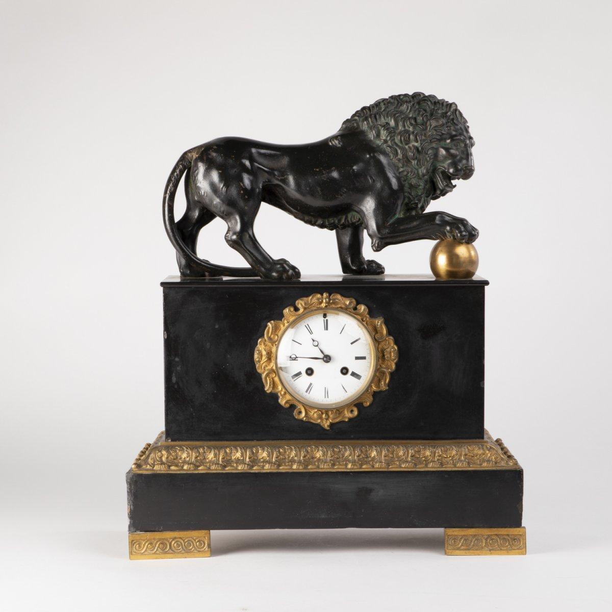 Pendule au Lion des Médicis en marbre noir et bronze à patine brune et doré, XIXe