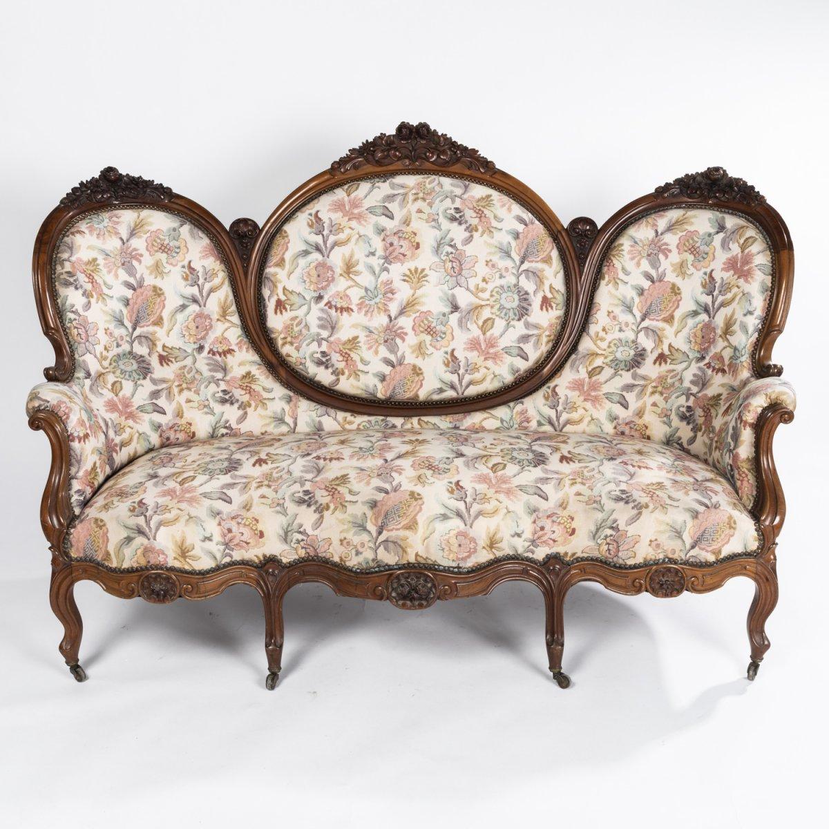Salon sept pièces de style Louis XV  en noyer sculpté et tapisserie florale, XIXe