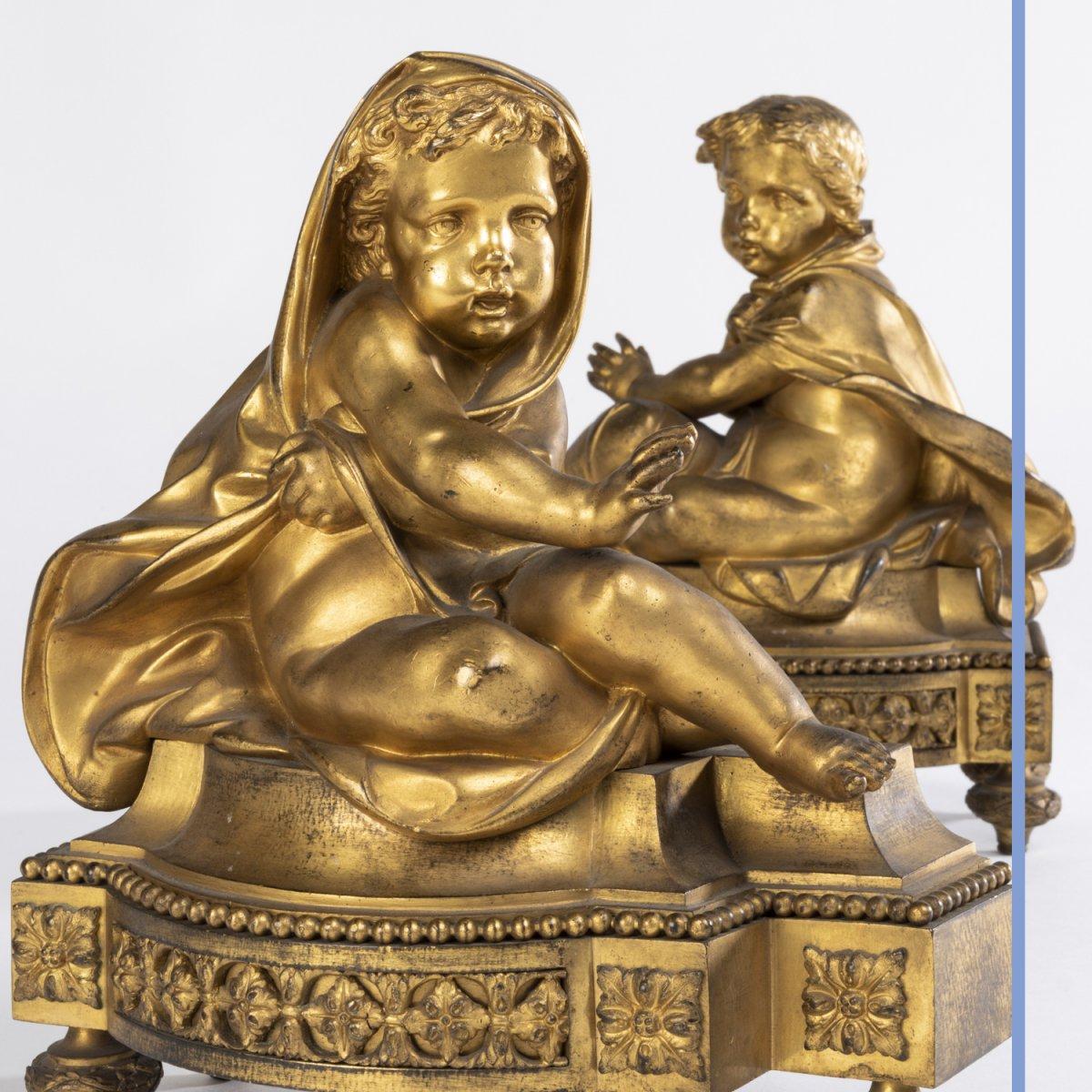 Paire de petits chenets aux putti en bronze doré, XIXe -photo-1