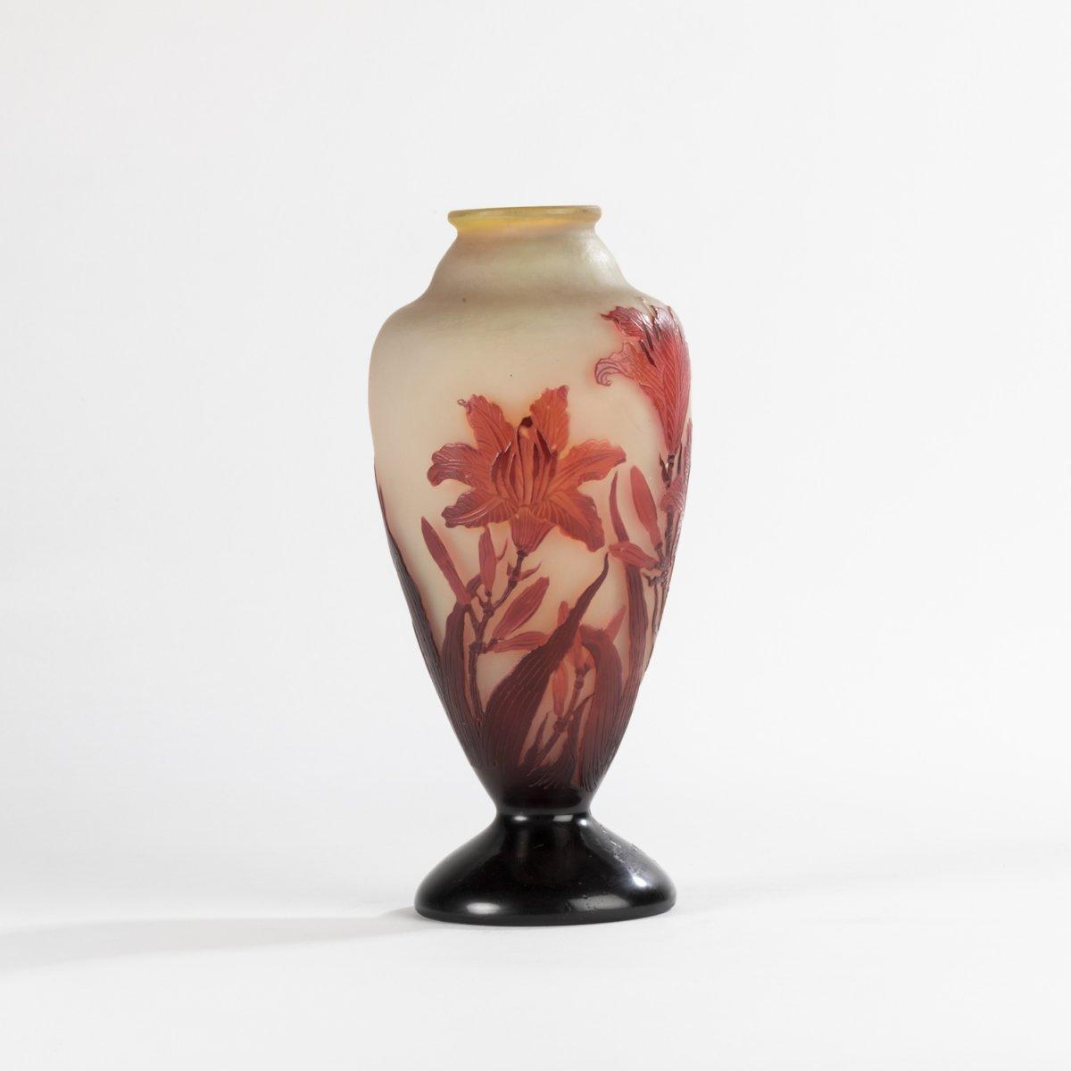 Emile Gallé (1846-1904), vase balustre sur piédouche aux lys en verre multicouche, XIXe