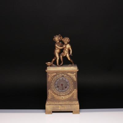 Pendule aux Putti en bronze doré, XIXe