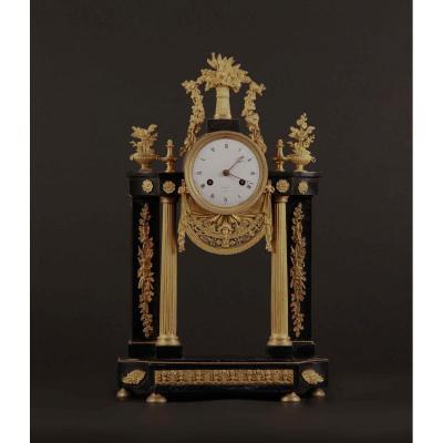 Pendule portique en marbre noir et bronze doré, XIXe
