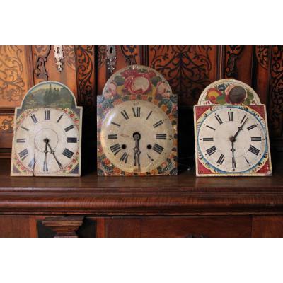 3 pendules en bois peint à la main, XIXe