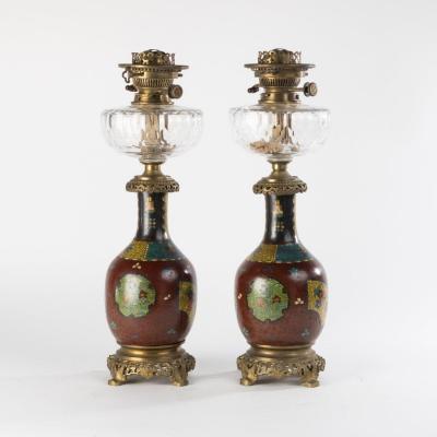 Hinks & Sons, paire de lampes à pétrole en porcelaine émaillée, bronze et verre, XIXe