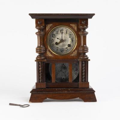 Pendule boîte à musique en bois tourné et mouluré,  XIXe