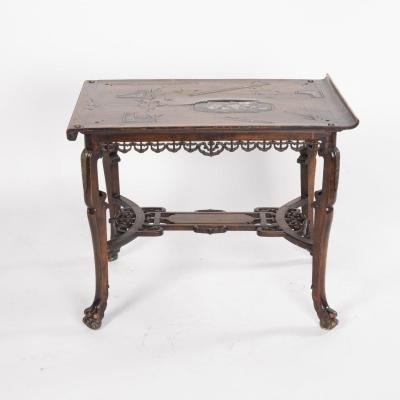 Table basse en bois sculpté  et incrustation de nacre dans le goût de Gabriel Viardot, XIXe