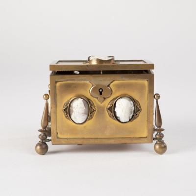 Coffret à senteurs aux camés en bronze doré, XIXe