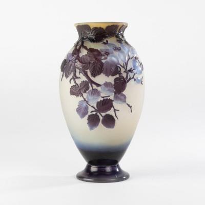 Emile Gallé (1846-1904), vase en verre multicouche et soufflé à décor de branches d'églantier, XIXe