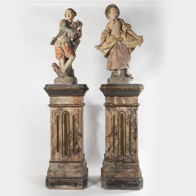 Paire de sculptures en terre cuite sur deux colonnes en bois peint en trompe-l'oeil, XIXe