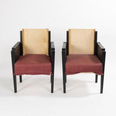 Paire de fauteuils en bois laqué noir, XXe