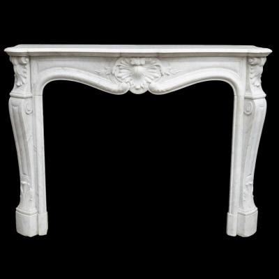 Cheminée de style Louis XV en marbre de Carrare à décor de palmettes, XIXe