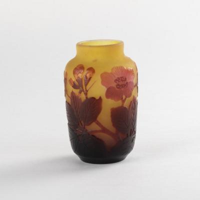 Émile Gallé (1846-1904), vase en verre multicouches à décor de fleurs de cérisier, XIXe