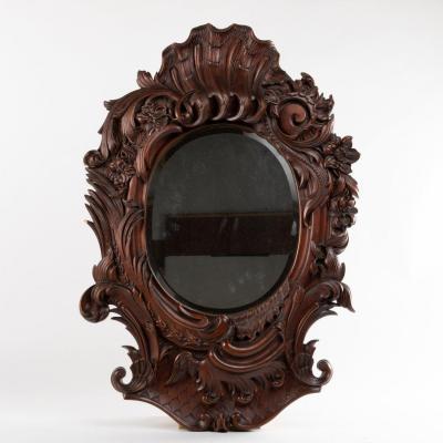 Miroir de style rocaille en noyer sculpté, XIXe