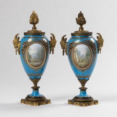 Dans le goût de la Manufacture de Sèvres, Paire de cassolettes bougeoirs, XIXe