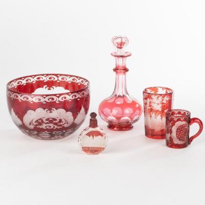 Ensemble de récipients en cristal de Bohème doublé rouge à décors gravés, XXe