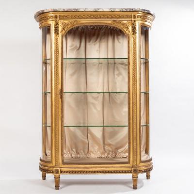 Vitrine en bois sculpté doré de style Louis XVI, XIXe