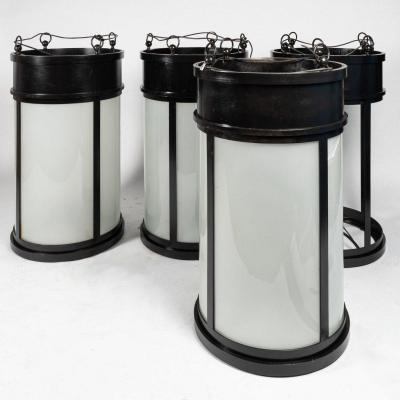 Série de 4 lanternes en fonte de fer et verre sablé, XXe