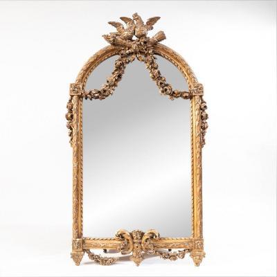 Miroir en bois doré sculpté à décor d'oiseaux et de guirlandes de fleurs, XIXe