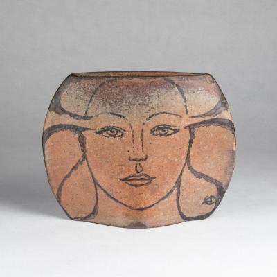 Vase en terre cuite émaillée au visage de femme, XXe