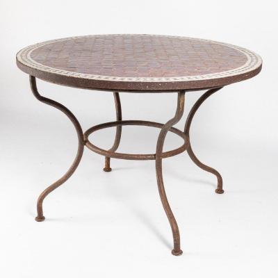 Table de jardin circulaire en mosaïque de faïence irisée et fer forgé, XXe