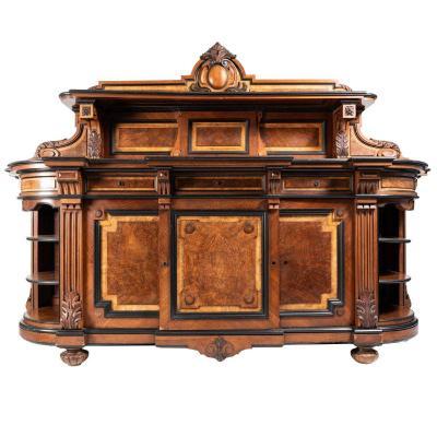 Buffet à fronton en noyer sculpté et autres bois précieux, XIXe