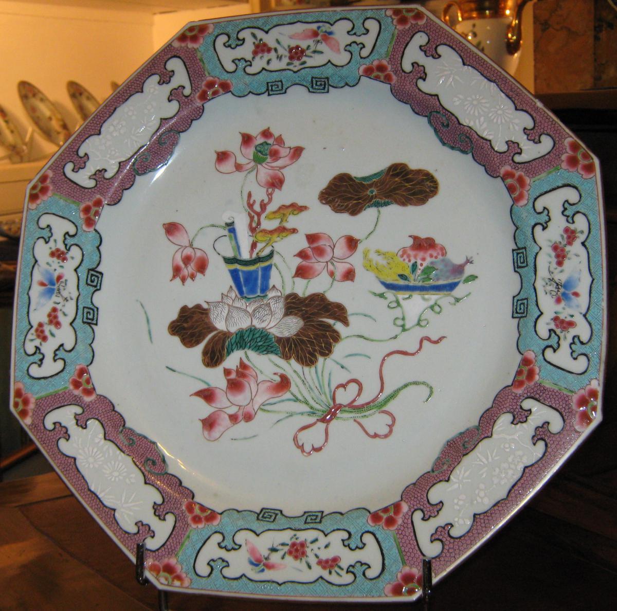 Plat à Pans Coupés En Porcelaine De Chine De La Famille Rose, époque XVIIIeme Siècle.
