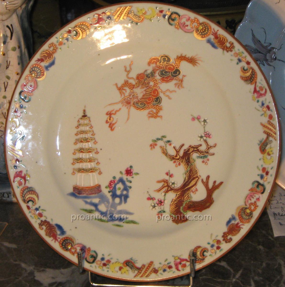 Assiette En Porcelaine De Chine Dite De La Compagnie Des Indes époque XVIIIeme.
