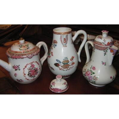 Lot de trois verseuses de la famille rose, compagnie des Indes, XVIIIeme siècle