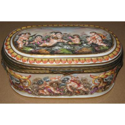 Capo di Monte: Bonbonnière en porcelaine fin XIXeme siècle.